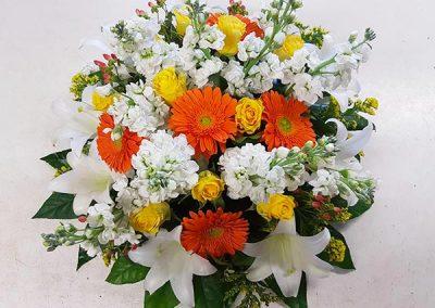 coussin-deuil-fleurs-orange-blanche-verte-jaune