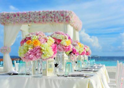plage-mariage-table-fleurs-vase