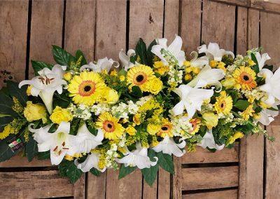 raquette-deuil-fleurs-jaune-blanche