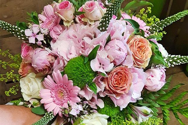 bouquet de fleurs rose et vert